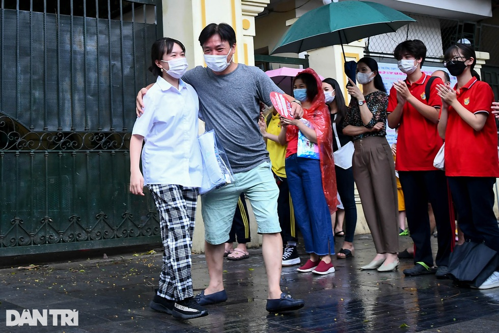Điểm nhấn kỳ thi lớp 10 Hà Nội: Sĩ tử đội mưa và những cái ôm xúc động - 25