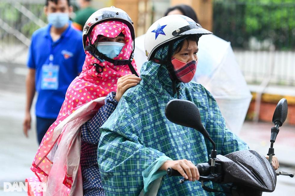 Điểm nhấn kỳ thi lớp 10 Hà Nội: Sĩ tử đội mưa và những cái ôm xúc động - 6