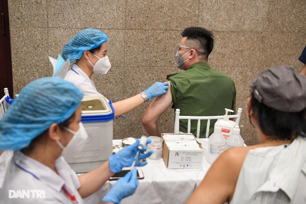 Toàn cảnh chiến dịch thần tốc bao phủ vắc xin Covid-19 tại Hà Nội - 10