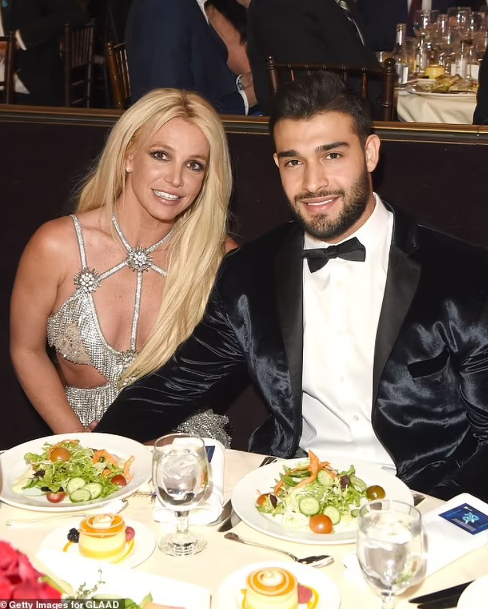Britney Spears đính hôn với bạn trai kém 12 tuổi - 2