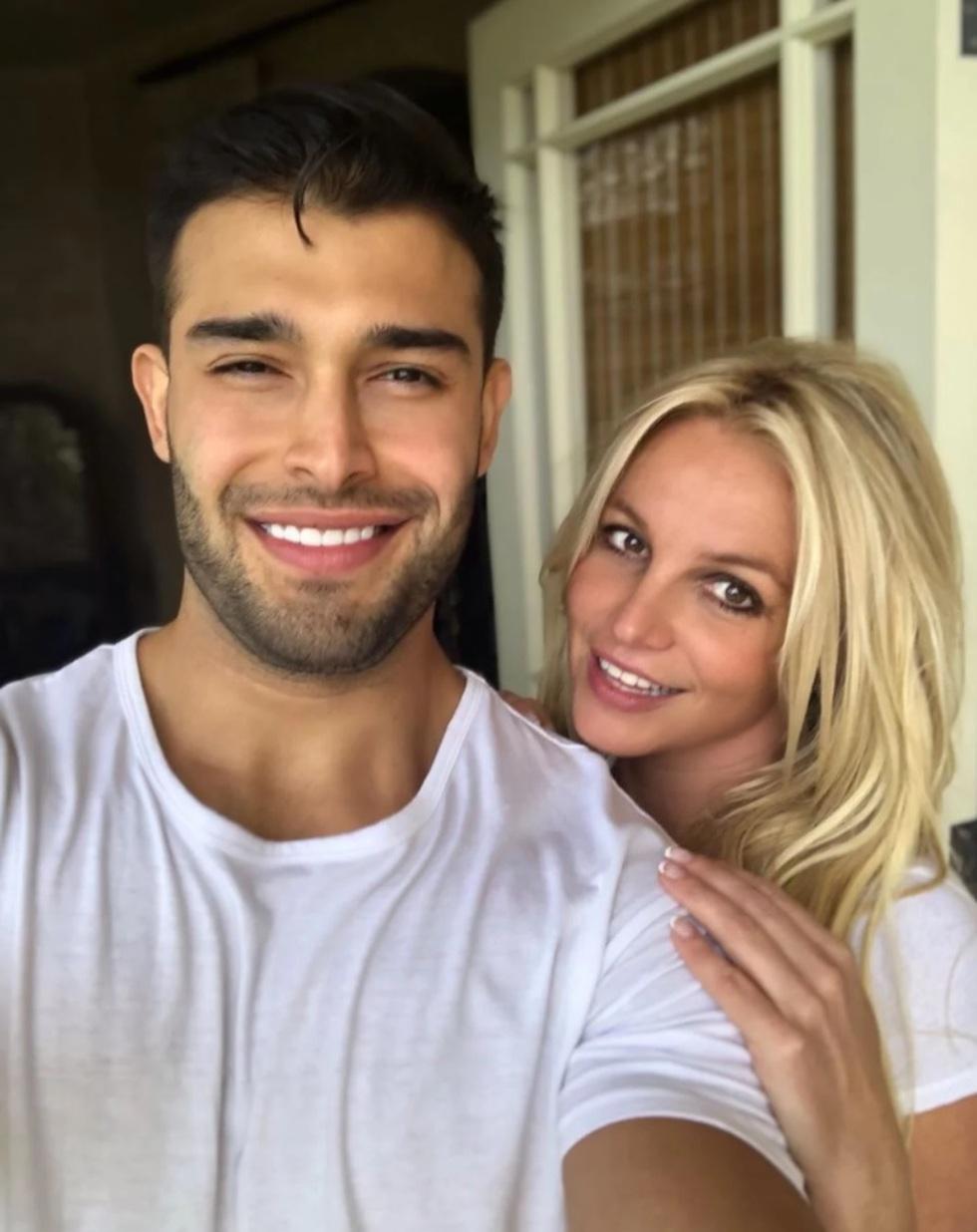 Britney Spears đính hôn với bạn trai kém 12 tuổi - 8