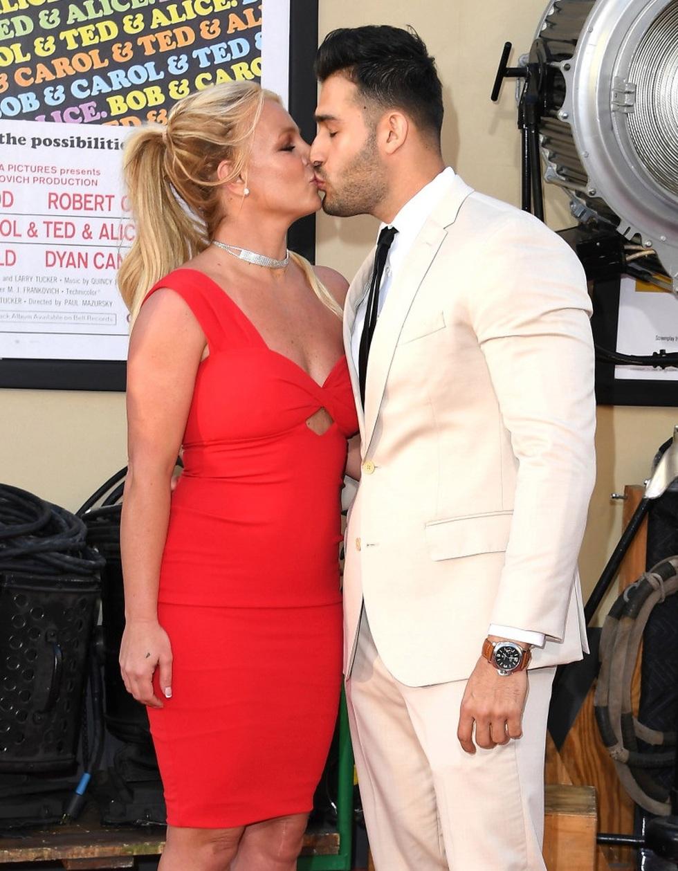 Britney Spears đính hôn với bạn trai kém 12 tuổi - 6