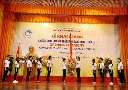 Trao cờ truyền thống của chương trình cho sinh viên Khóa 56