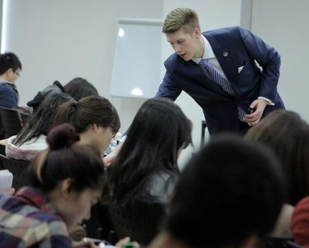 Tiến sỹ Mike Perkins trong một giờ giảng cho sinh viên