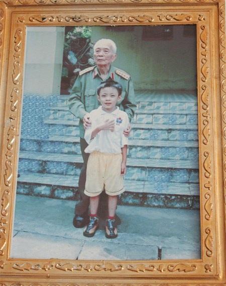 Hoàng Thân được vinh dự chụp ảnh cùng Đại tướng Võ Nguyên Giáp