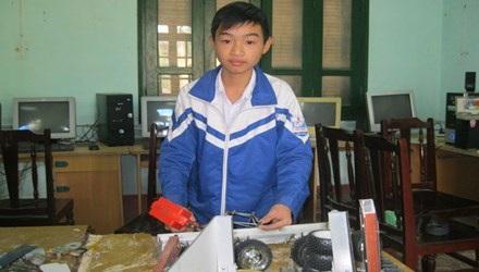Nguyễn Văn Hoan bên mô hình robot cứu hộ đa năng.