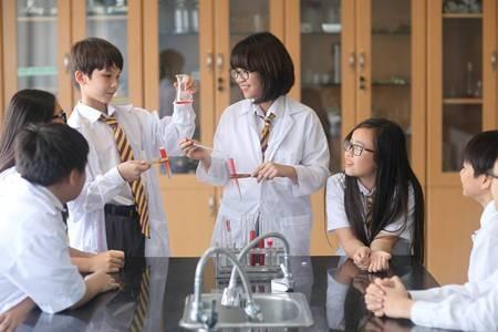 Học sinh Olympia thực hành trong giờ hoá học