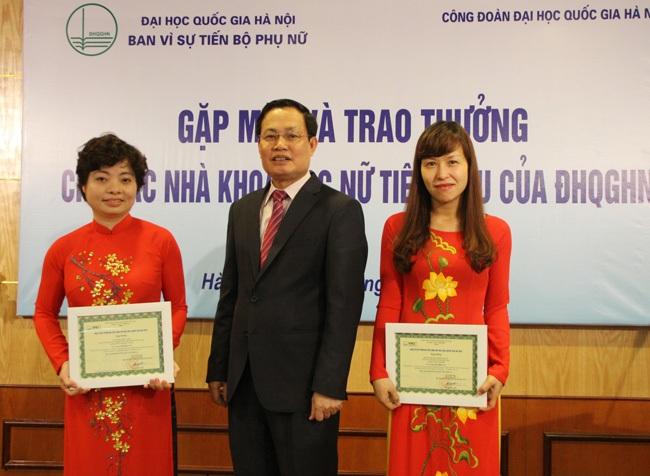 Phó Giám đốc ĐHQGHN Nguyễn Hữu Đức trao thưởng cho 2 nữ cán bộ có thành tích xuất sắc trong NCKH