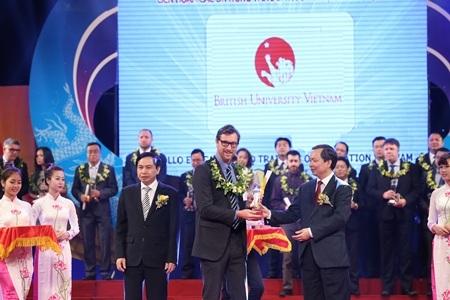 Ông Jesse Boone - đại diện BUV lên nhận giải thưởng Rồng Vàng 2014