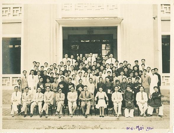Thầy trò Trường Thành Chung-Nam Định năm 1941 (Thầy Đào Văn Định ngồi hàng đầu, thứ 4 từ trái qua)
