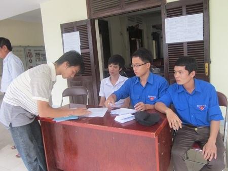 Sinh viên trường ĐH Xây dựng miền Trung hướng dẫn thí sinh vào điểm thi