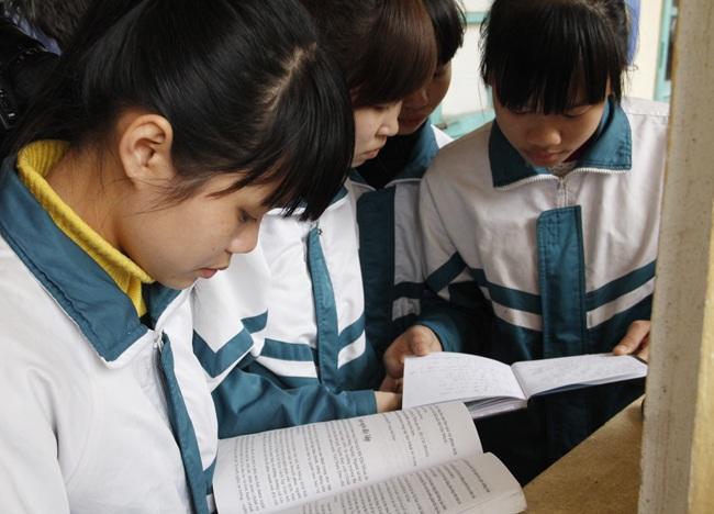 Thí sinh xem bài thi trước khi vào phòng thi