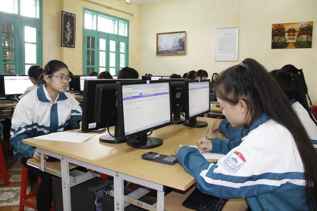 Thí sinh đang làm bài thi