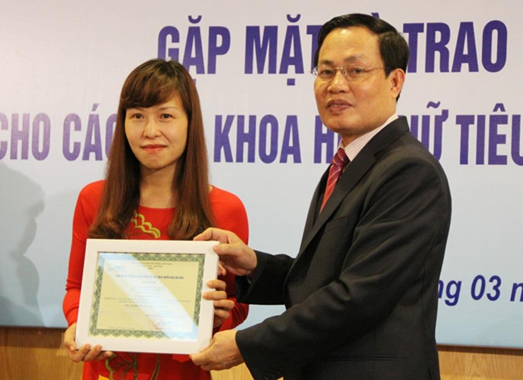 Hương Giang đã được ĐH QGHN vinh danh vì có những công bố xuất sắc trong thời gian gần đây