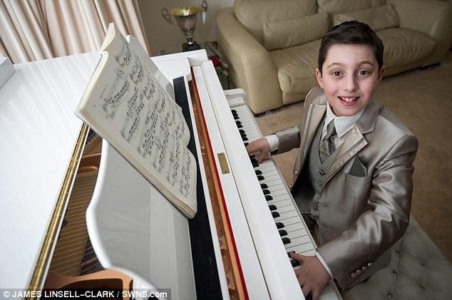 Chiếc dương cầm Yamaha lớn màu trắng mà Curtis sở hữu