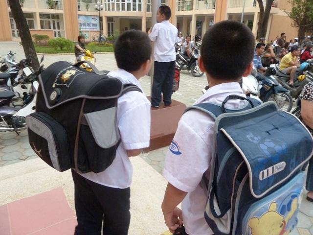 Những chiếc   cặp sách nặng oằn vai học sinh. Ảnh: