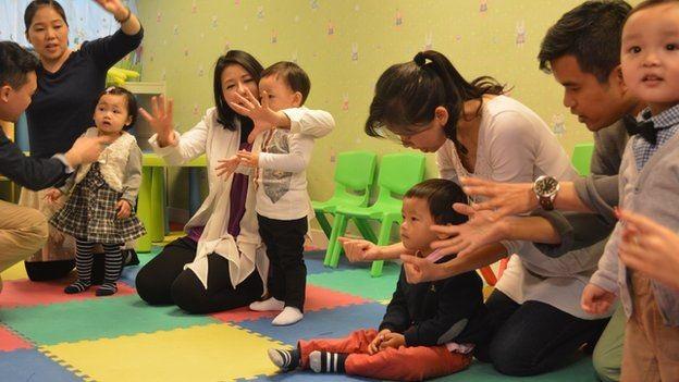 Cha mẹ và các bé ở một buổi học kỹ năng phỏng vấn