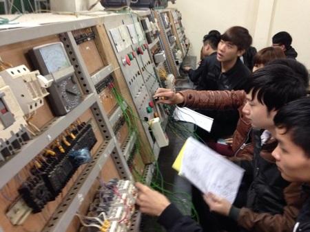 Sinh viên trường ĐH Kỹ thuật Công nghiệp Thái Nguyên trong giờ thực hành