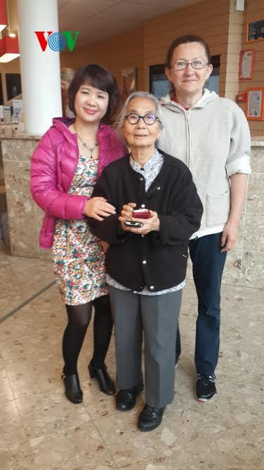 Giáo sư Kim Ngọc (giữa) chụp ảnh kỷ niệm với GS Cossin(phải) và tác giả