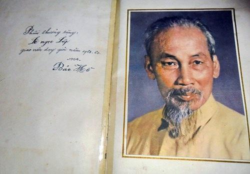 Phần thưởng thiêng liêng của Bác Hồ trao tặng thầy giáo Lê Ngọc Lập. Ảnh: Nguyễn Quỳnh