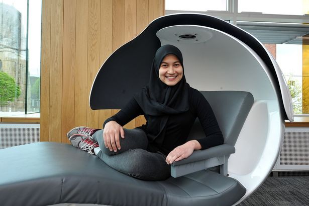 Prillia Adriani- sinh viên trường Manchester trong chiếc giường tổ kén