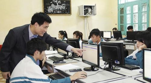 Giám đốc Trung tâm khảo thí ĐHQGHN hướng dẫn thí sinh làm bài thi đánh giá năng lực.