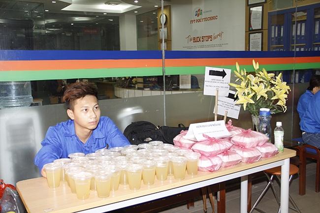 Sinh viên tình nguyện ĐH QGHN chuẩn bị cơm cho thí sinh và người nhà