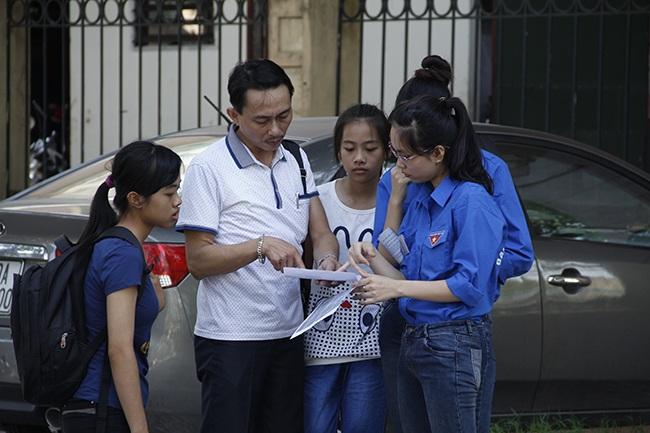 Các sinh viên tình nguyện ĐH QGHN đang tư vấn tới phụ huynh và thí sinh tìm điểm thi, phòng trọ