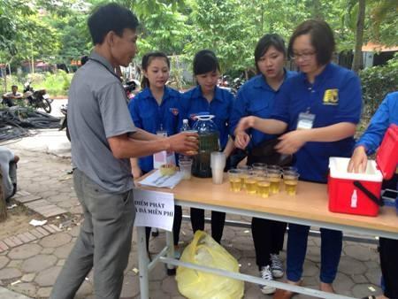 Sinh viên tình nguyện đưa trà đá miễn phí tới phụ huynh