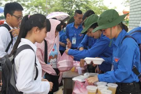Thí sinh đang nhận cơm từ tay sinh viên tình nguyện