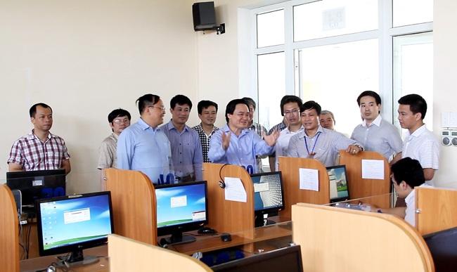 Giám đốc ĐH Quốc gia Hà Nội Phùng Xuân Nhạ đi kiểm tra công tác chuẩn bị phòng thi, máy tính