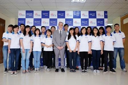 Sinh viên Nhà trường chụp ảnh cùng thầy Hiệu trưởng GS. Patrick Boiron