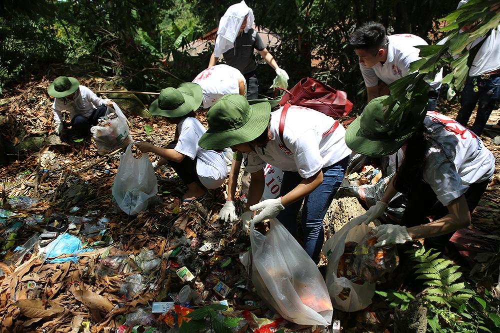 Sinh viên đang nhặt từng cái rác do du khách để lại