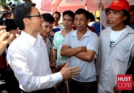 Phó Thủ tướng chia sẻ và động viên các phụ huynh đang đội nắng chờ con thi