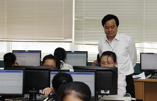 Giám đốc ĐH QGHN Phùng Xuân Nhạ thanh tra tại 1 phòng thi