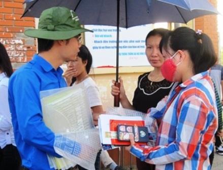 Sinh viên tình nguyện hướng dẫn thí sinh tìm phòng thi