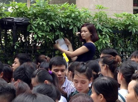 Xếp hàng nộp hồ sơ thi công chức Thuế ở Hà Nội.