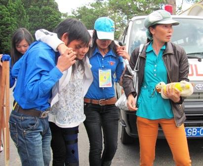 Sinh viên tình nguyện giúp đỡ thí sinh đến trường thi năm 2014