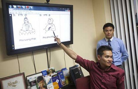 "Giáo viên Todd Chung trong lớp ""Let's Learn Vietnamese Weekly"" (Orange County Register)."