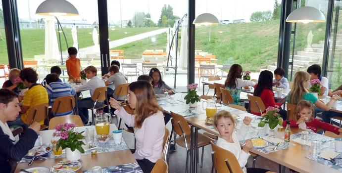 Phòng ăn nhìn ra khuôn viên trường