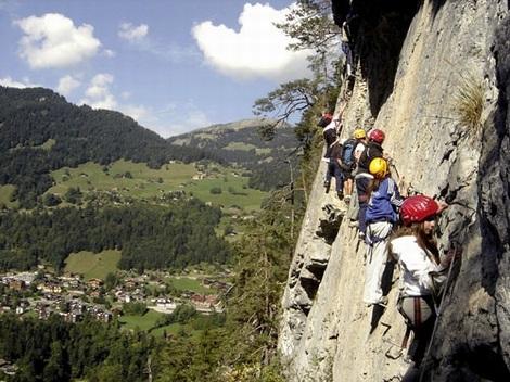 Học sinh được tham gia các hoạt động ngoài trời như leo núi