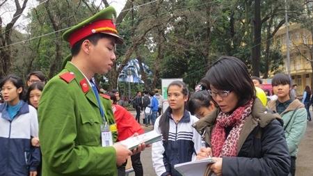 Sinh viên Học viện Cảnh sát tư vấn cho thí sinh về các quy định trong thi tuyển khối trường công an