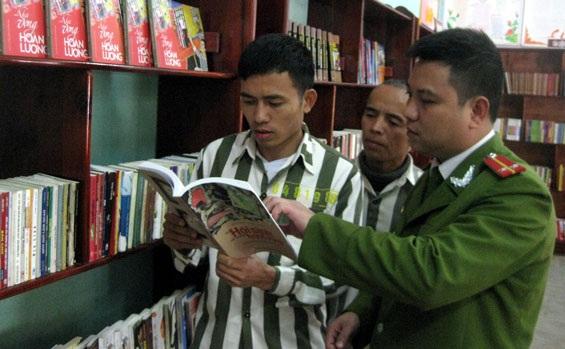 Trung úy Nguyễn Anh Tùng, cán bộ phụ trách quản lý thư viện, Tổ giáo dục phân trại 1,