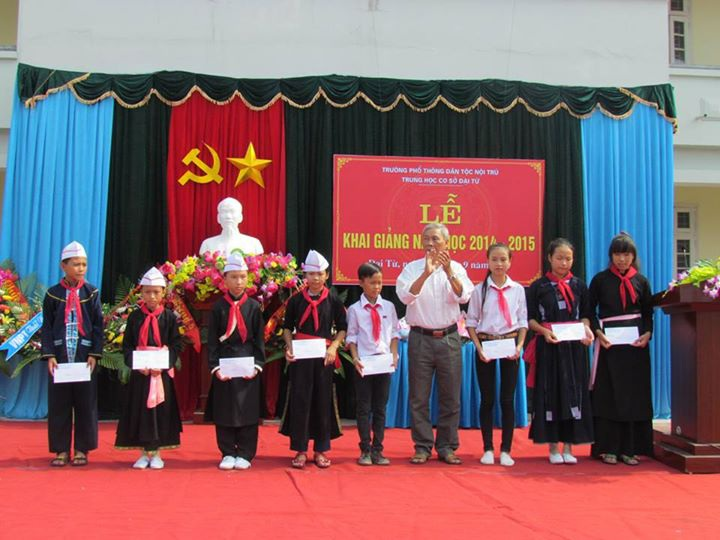 Ông Trịnh Trọng Thủy, người đứng giữa, trao phần thưởng cho các em học sinh