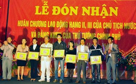 Trao giải thưởng cho các tác giả có tác phẩm đạt giải báo chí truyền du lịch Cửa Lò năm 2012.