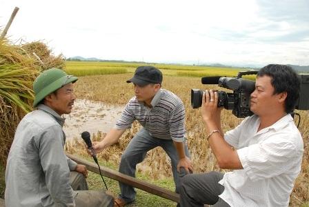 Với nông dân - Công Vinh