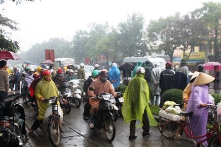 Nhiều người dân hiếu kỳ xem vụ tai nạn khiến giao thông bị ách tắc