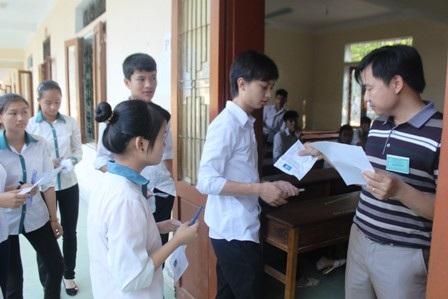 Thí sinh dự thi tại hội đồng coi thi THPT Anh Sơn I (Nghệ An). (Ảnh: Doãn Hòa)