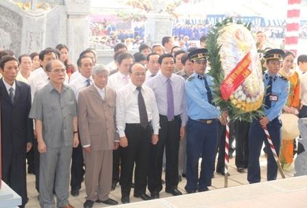 Các đồng chí lãnh đạo Đảng, Nhà nước đã dâng hương, đặt vòng hoa tại nhà tưởng niệm của 13 TNXP