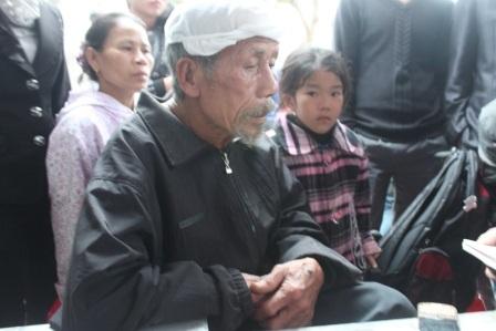 Ông Nguyễn Quang Minh - bố của anh Hạnh kể lại sự việc